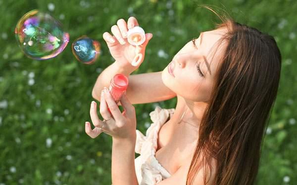 シャボン玉を作る女性を俯瞰で撮影した写真