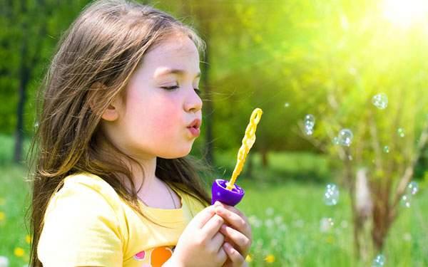 楽しそうにシャボン玉で遊ぶ女の子の壁紙画像