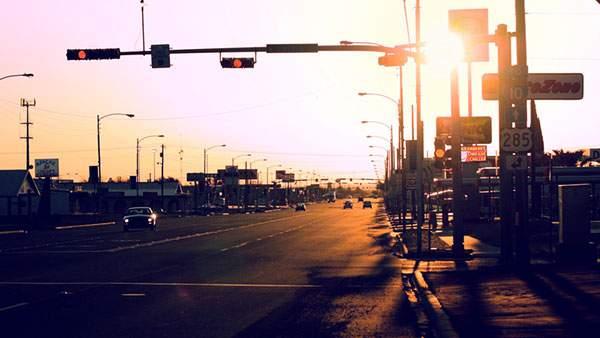 夕焼けの光が差し込む踏切を撮影した写真壁紙画像