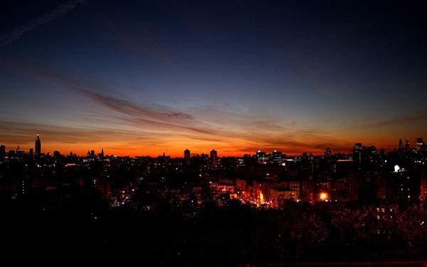 夕焼けの空と明かりの灯り始めた街並みの写真壁紙