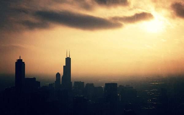 高層ビルのシルエットがかっこいい夕焼けの街の壁紙画像