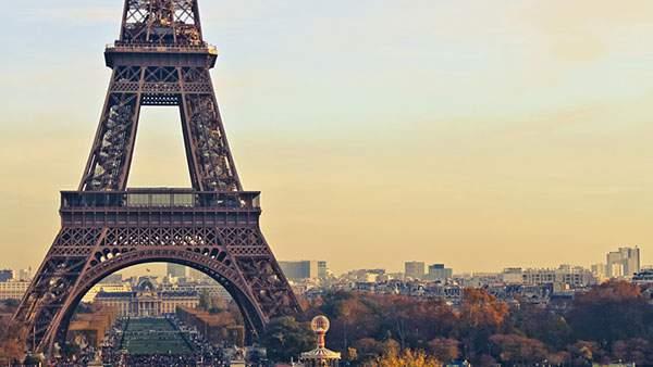 夕焼けが綺麗に染めるパリのエッフェル塔を撮影した写真画像