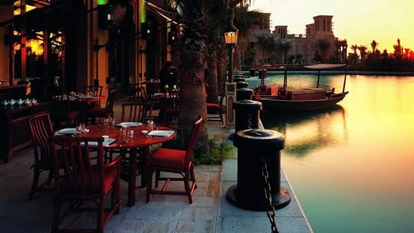 川沿いのオープンテラスと綺麗な夕焼けの風景の壁紙