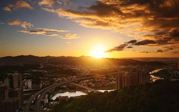 地平線に沈んだ綺麗な夕日を空撮した写真壁紙