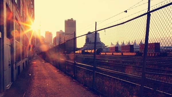 線路沿いの道と綺麗な夕日の写真壁紙画像