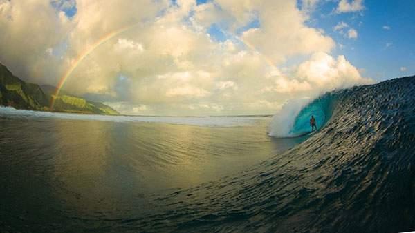 海と波と虹を撮影した爽やかなサーフィンの写真壁紙