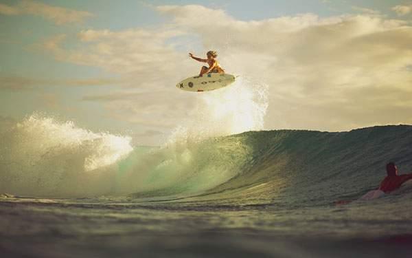 大きなジャンプをするサーフィンの壁紙画像