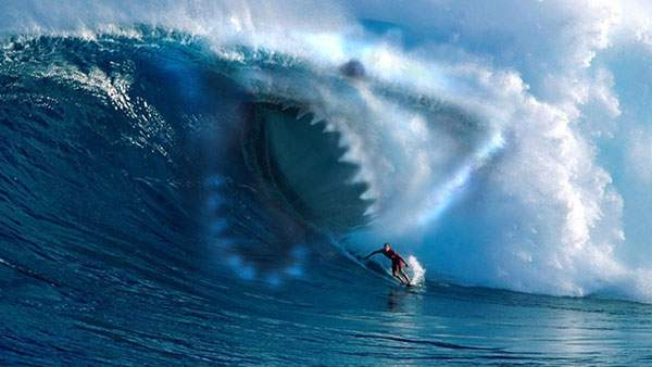 巨大な鮫型の波が襲いかかるサーフィンの壁紙画像