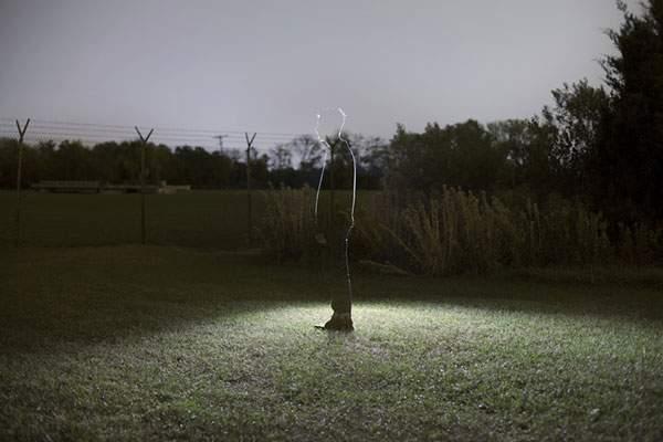 人物を光のシルエットだけで切り出した写真作品 - 01