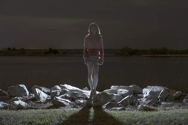 人物を光のシルエットだけで切り出した写真作品 - 03