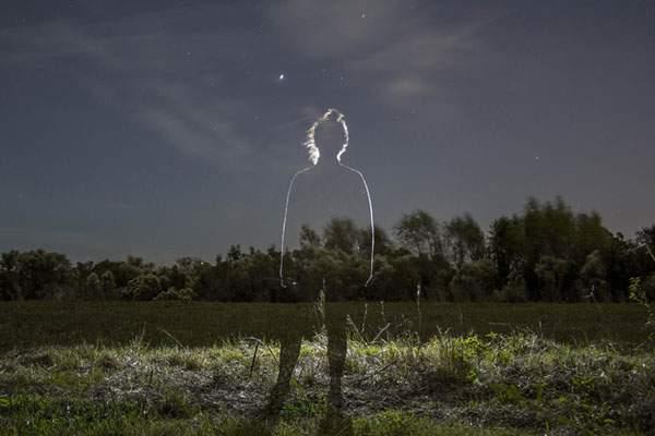 人物を光のシルエットだけで切り出した写真作品 - 04