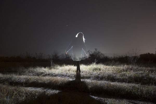人物を光のシルエットだけで切り出した写真作品 - 06