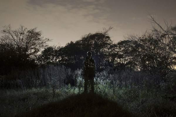 人物を光のシルエットだけで切り出した写真作品 - 07