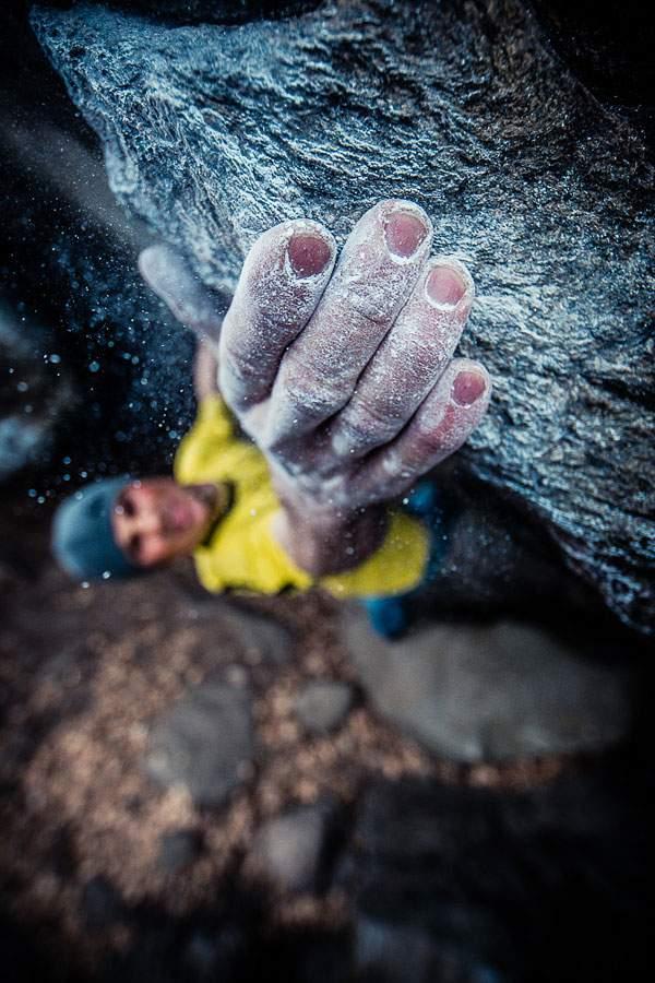 ロッククライマーの手元を撮影した迫力の構図の写真作品 - 01