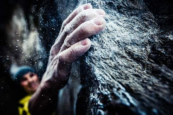 ロッククライマーの手元を撮影した迫力の構図の写真作品 - 02