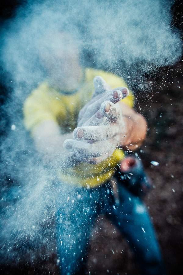 ロッククライマーの手元を撮影した迫力の構図の写真作品 - 04