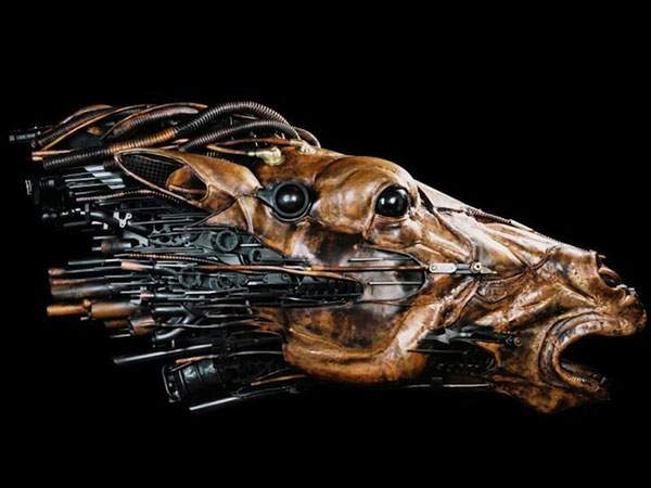 生物とメカを融合してデザインされた彫刻作品 - 04