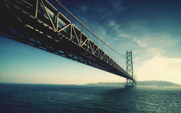 迫力たっぷりに撮影された明石海峡大橋の写真壁紙画像