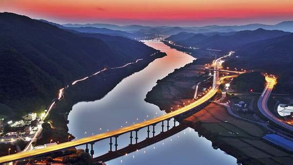夕焼けに染まる山間の橋を撮影した綺麗な壁紙画像