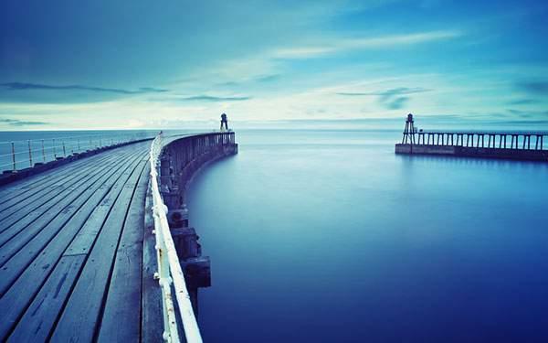 一面ブルーに染まった海と橋の美しい写真壁紙画像