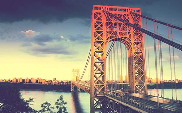 都市部に向かって伸びるジョージ・ワシントン・ブリッジを撮影したクールな写真
