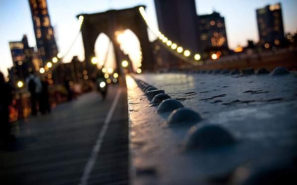 ライトアップされた吊り橋を浅い被写界深度で撮影した綺麗な写真