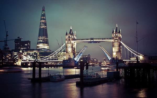 ライトアップされたロンドンのタワーブリッジを撮影した綺麗な写真