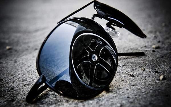 地面の上の黒いサングラスに車のタイヤが映った渋い写真壁紙