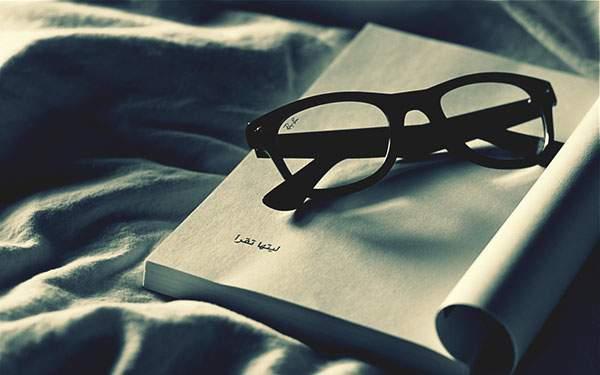 本の上の黒縁メガネを撮影したおしゃれな写真壁紙