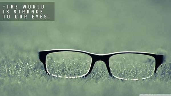 草の上の黒縁メガネを撮影したシンプルな写真壁紙