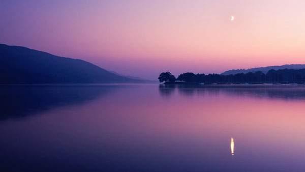 夕焼けに染まった湖と三日月の壁紙画像