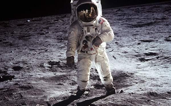 月面に着陸した宇宙飛行士の壁紙画像