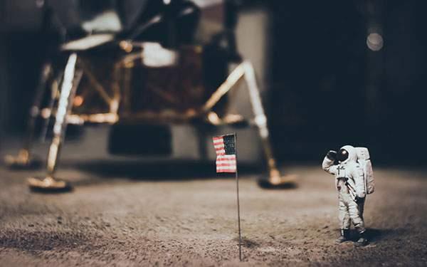 月面に着陸した宇宙飛行士のかわいいミニチュア風壁紙
