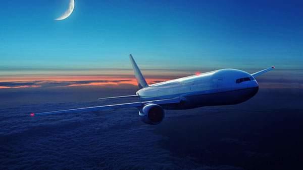 上空を飛ぶ旅客機と三日月の美しい写真壁紙画像