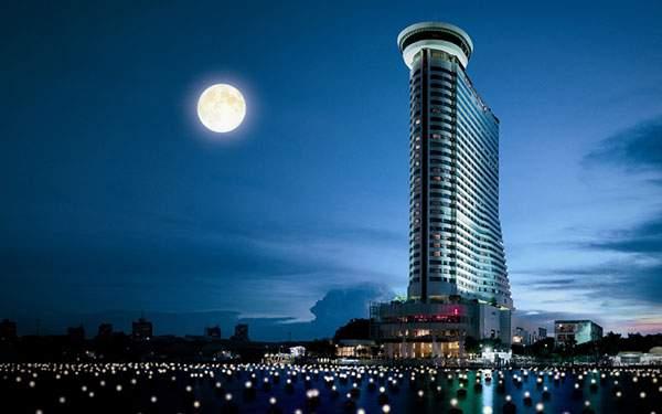 美しい建築デザインのホテルと満月の壁紙画像