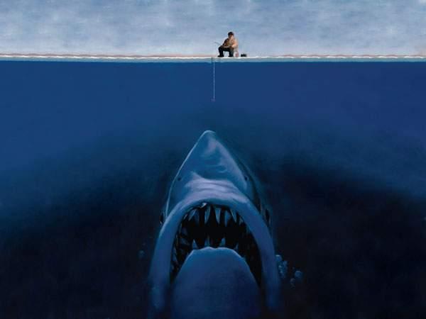 釣りをする男性とそれを水中から狙う巨大鮫のイラスト