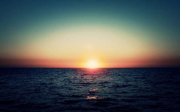 海に沈む夕日と空を撮影した美しい写真壁紙画像