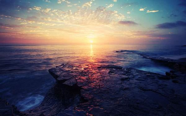 岩場の夕日を撮影した綺麗な無料壁紙