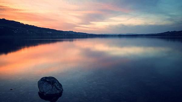 綺麗な夕日と空が映った水面の美しい写真画像
