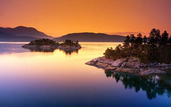 夕焼けの空のオレンジと海の青が美しい写真壁紙画像