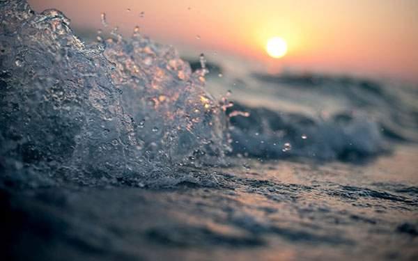 夕日の中でキラキラ光る波を撮影した無料壁紙