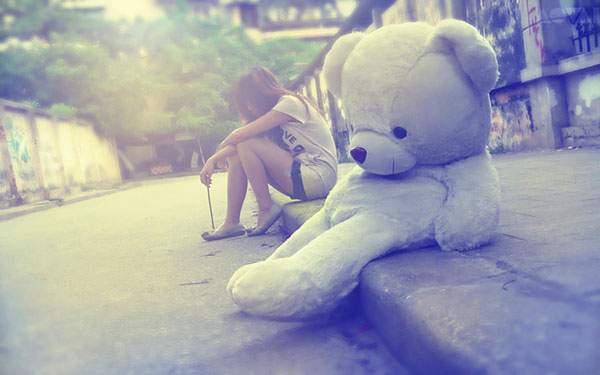 歩道に座った女の子と大きなテディベアの綺麗な写真壁紙画像