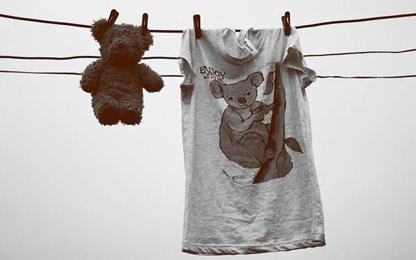 物干しに吊るしたTシャツとテディベアのモノクロ写真壁紙