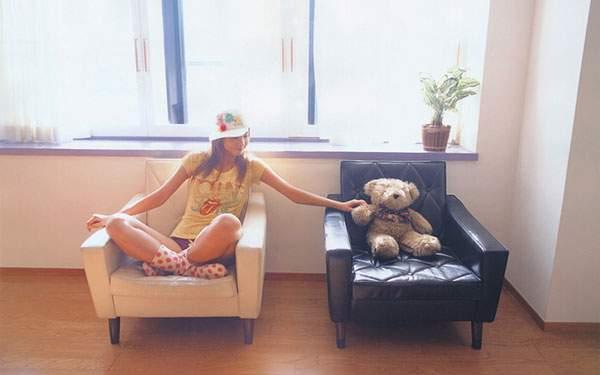 ソファーに座った女の子とテディベアを撮影した綺麗な写真壁紙画像