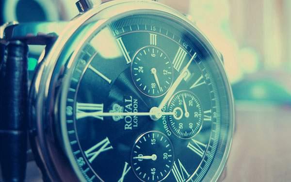腕時計の文字盤をアップで撮影したブルーの色調が美しい写真画像