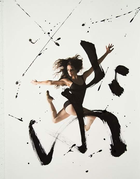 ダイナミックな身体表現を力強い文字と重ねたアート作品 - 01