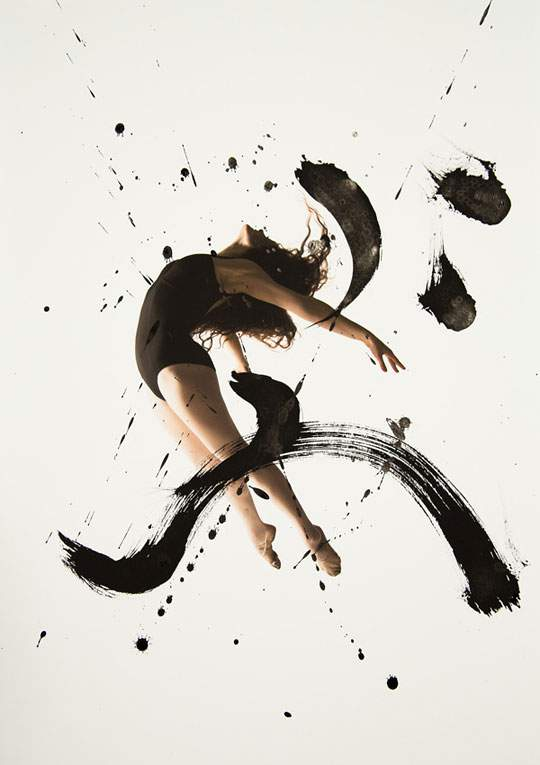 ダイナミックな身体表現を力強い文字と重ねたアート作品 - 05
