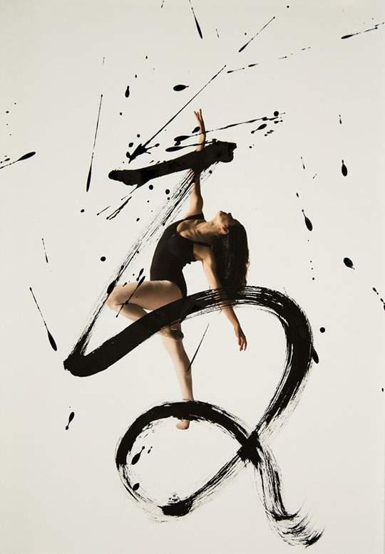 ダイナミックな身体表現を力強い文字と重ねたアート作品 - 06