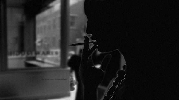 タバコを吸う人物をシルエットだけで撮影したクールなモノクロ写真壁紙