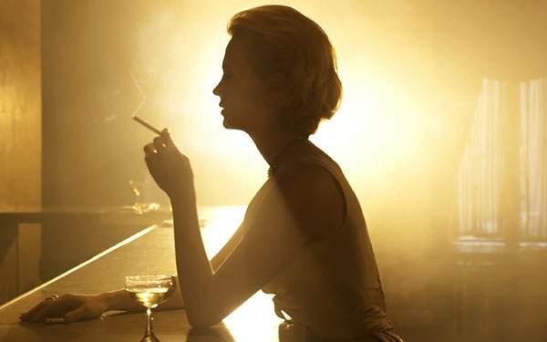 バーで煙草を吸う女性を撮影したおしゃれな写真壁紙画像